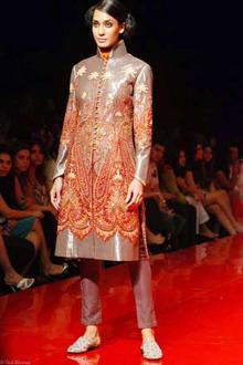 Неделя моды от кутюр в Индии HDIL: Королевский кутюрье JJ Valaya зажигает на подиуме