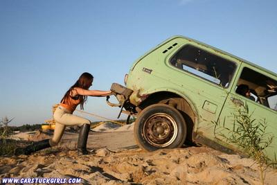 Какие автомобили привлекают девушек