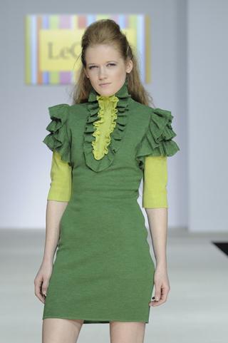 Светло-зеленое трикотажное платье с жабо.