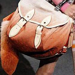 ...сезоне и сумки-багеты (узкие длинные сумки с одной ручкой), а...