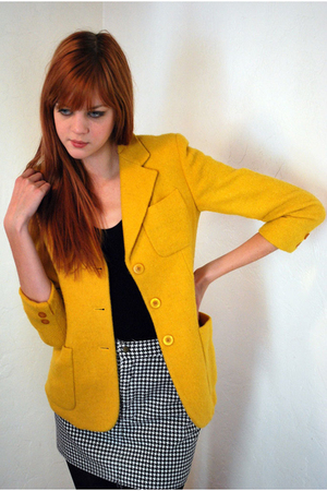Длинный пиджак, надетый поверх топа или кофточки без рукавов, прекрасно...