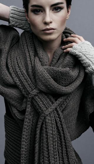 В моде в этом году крупная вязка, шарфы-снуды.
