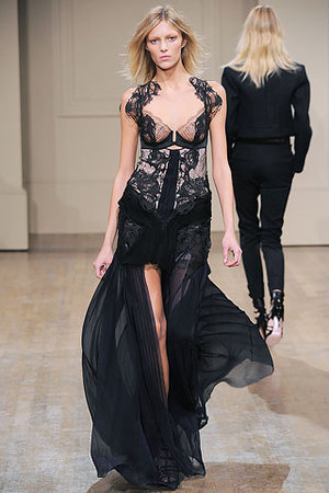 Как носить кружевные модные платья