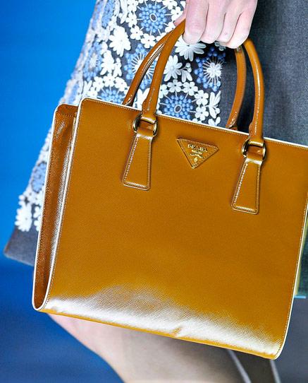 сумочки от Prada с ретро машинками.