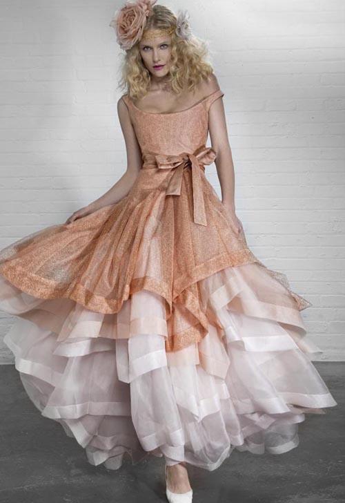 Комментарий: Очень актуальны винтажные свадебные платья, прямые наряды длиной до колена либо чуть выше. Бант на талии (сбоку или спереди) - ещё одно