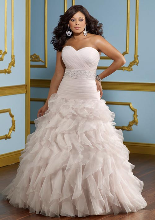 Этот вид отделки, как и предыдущий, свадебная мода 2012-2013 считает гораздо актуальнее бисера, жемчуга, вышивки и страз, которые ещё совсем недавно